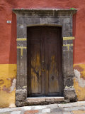 Door in a Painted Building, San Miquel de Allende, Mexico Fotografisk tryk af David Evans