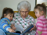 Great Grandmother Reads to Her Great Grandchildren Lámina fotográfica por Gold, Stacy
