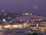 Moon over the Dome of the Rock and Mount Olives in Jerusalem, Israel Fotografisk tryk af Richard Nowitz