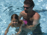 Father Teaches his Child How to Swim, Chevy Chase, Maryland Fotografie-Druck von Stacy Gold