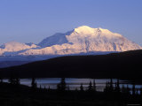 Midnight Alpenglow on Mount Mckinley Reflecting in Wonder Lake, Alaska Fotografisk tryk af Rich Reid