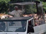 Pope John Paul II Rides in his Bulletproof Vehicle Through Warsaw, Poland Fotografisk tryk af James L. Stanfield