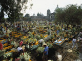 Mexicans Celebrating el Dia de Los Muertos Keep Vigil in Cemeteries, Mexico Photographie par Sisse Brimberg