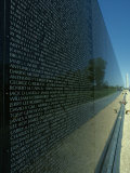 Vietnam Memorial with Washington Monument in Background, Washington, D.C. Fotografisk tryk af Kenneth Garrett