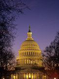 The U.S. Capitol Building Lit Up at Night, Washington, D.C. Fotografisk tryk af Kenneth Garrett