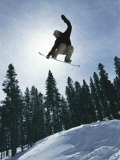 Snowboarder in Flight, Colorado Lámina fotográfica por Thiessen, Mark