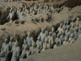The Terra-Cotta Army near the 2,200-Year-Old Tomb of China's First Emperor, Qin Shi Huang Lámina fotográfica por O. Louis Mazzatenta