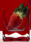 Strawberry in a Glass of Water Lámina fotográfica por Vladimir Shulevsky