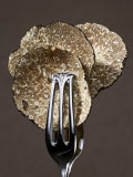Truffle Slices in Tongs Fotografisk tryk af Marc O. Finley