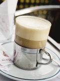 Latte Macchiato on Table in Cafe Fotografisk trykk