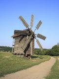 Wooden Windmill, Pirogovo, Near Kiev, Ukraine Fotografie-Druck von Ivan Vdovin