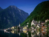 Village with Mountains and Lake, Hallstatt, Salzkammergut, Austria Lámina fotográfica por Steve Vidler