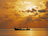 Boat at Sunset, Maldives, Indian Ocean Lmina fotogrfica por Jon Arnold