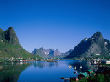 Typical Scenery, Mountains and Sea, Reine, Lofoten Islands, Norway Lámina fotográfica por Steve Vidler