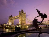 Tower Bridge and Girl with a Dolphin Fountain Statue at Dusk, London, England Lámina fotográfica por Michele Falzone