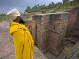 Priest Outside the Sunken Rock Hewn Church of Bet Giyorgis, Lalibela, Ethiopia Fotografie-Druck von Gavin Hellier