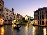 Rialtobroen, Grand Canal, Venezia, Italia Fotografisk trykk av Alan Copson