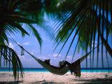 Femme dans un hamac sur la plage, Ari Atoll, Maldives Photographie par Stuart Westmorland