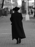 Lower East Side, A Chasid Walking, New York City Photographie par Keith Levit