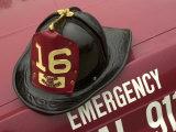 Old Fire Helmet Fotografisk trykk av Ed Lallo
