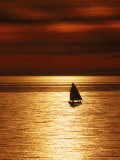 Silhouetted Sailboat at Sunset, Cape Cod, MA Fotografie-Druck von John Greim