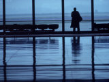 Homesick Executive at Airport Terminal Lámina fotográfica por Kevin Beebe
