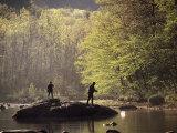 Un père et son fils pêchant à la mouche, rivière Deerfield, Massachusetts Photographie par Kindra Clineff