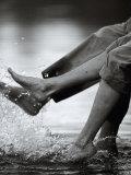 Couple Splashing Water withFeet Photographie par Bob Winsett