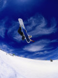 Snowboarder Doing a Trick in Midair Fotografisk tryk af Kurt Olesek