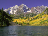 Maroon Lake and Autumn Foliage, Maroon Bells, CO Fotografisk tryk af David Carriere