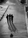 Three Boys Walking Down Street Arm in Arm Lámina fotográfica por Len Rubenstein