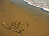 "Heart and ""Love You"" Carved Into Beach Sand with Tid Impressão fotográfica por Cindy Mcintyre"