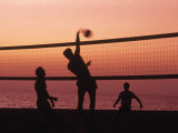 Volley-ball sur une plage au coucher de soleil Photographie par Mitch Diamond