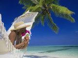 Femme allongée sur un hamac, île des Maldives Photographie par Angelo Cavalli