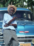 Man at a Front of a Car, Havana, Cuba Fotografie-Druck von Peter Adams