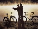Couple d'âge mûr dansant près de leurs bicyclettes, CO Photographie par Bob Winsett