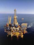 Plataforma petrolera fuera de la costa Lámina fotográfica por Ken Glaser