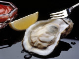 Oyster on Halfshell with Lemon and Sauce Fotografisk tryk af Ken Glaser