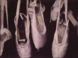 Chaussons de danse usés pendant à une fenêtre Photographie par Jim Kelly
