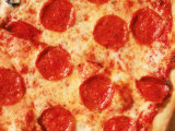 Close-up of Pepperoni Pizza Photographie par Mitch Diamond