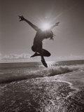 Silhouette eines Tänzers am Atlantikstrand im Sprung Fotodruck von Robin Hill