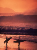 Surfers at Sunset, Oahu, Hawaii Stampa fotografica di Bill Romerhaus
