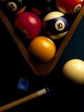 Boules de billiard, craie, queue et triangle sur le feutre de la table Photographie par Ernie Friedlander