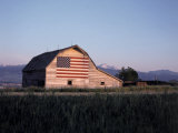 Barn with US Flag, CO Fotografie-Druck von Chris Rogers