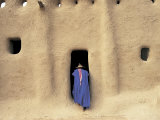 Sennissa, Mali, Person Heading Into Mosque Fotografie-Druck von Peter Adams