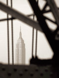 Empire State Building Through Manhattan Bridge Fotografie-Druck von John Glembin