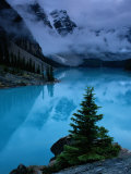 View of Moraine Lake with Low-Lying Clouds at One End Lmina fotogrfica por Raymond Gehman