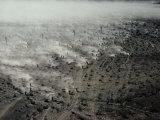 Motards à travers le désert dans une course entre Barstow et Las Végas Photographie par Walter Meayers Edwards