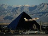 A Jet Flies Past the Luxor Hotel, the Worlds Fourth Largest Pyramid Fotografie-Druck von Maria Stenzel