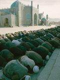 Afghan Men Pray Near the Mosque in Mazar-I-Sharif Lámina fotográfica por Abercrombie, Thomas J.
